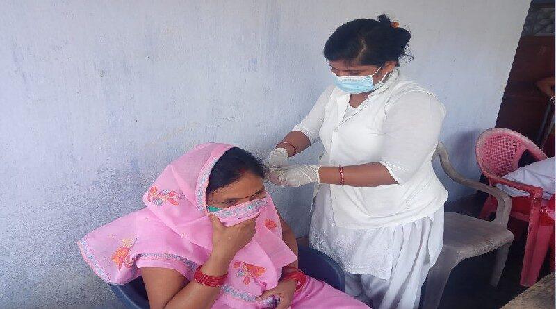 गोड्डा: टीकाकरण जागरुकता के लिए खिलाड़ियों की टोली पहुंची गांव